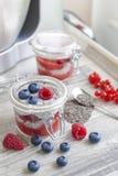 Pudding de graine de Chia avec des baies Image libre de droits