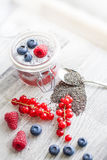 Pudding de graine de Chia avec des baies Images stock