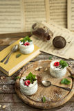 Pudding de graine de Chia avec des framboises chocolat et menthe dans des pots Fin vers le haut Images stock