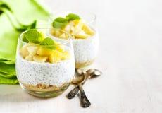 Pudding de graine de Chia avec la pomme caramélisée et les biscuits écrasés de grain Photographie stock