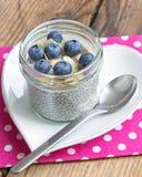 Pudding de graine de chia de vanille avec des myrtilles et des amandes Photo libre de droits