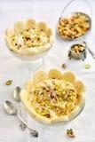 Pudding de lait d'Ashta de Libanais avec la pistache, l'eau rose et le miel images stock