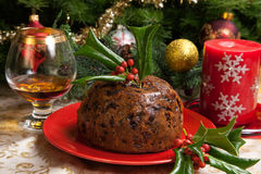Pudding de Noël avec Holly Twigs Photographie stock libre de droits