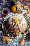 Pudding de prune anglais traditionnel de Noël, glaçage de sucre Photos stock