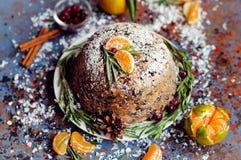 Pudding de prune anglais traditionnel de Noël, glaçage de sucre Photographie stock