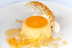 Pudding de vanille avec la crème fouettée Images stock
