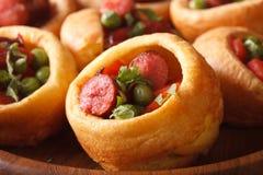 Pudding de Yorkshire avec des saucisses macro horizontal Photo stock