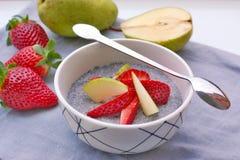 Pudding des seeeds de chia et lait de noix de coco avec la fraise et la poire Photographie stock