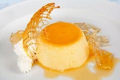 Pudding di vaniglia con panna montata Fotografie Stock Libere da Diritti