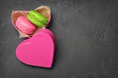 Pudding français de fondant de chocolat Macarons ou macarons multicolores doux dans le boîte-cadeau rose Photographie stock libre de droits