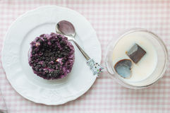 Pudding med blåbär och med is kaffe Arkivfoto