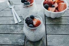 Pudding med chiafrö, yoghurt och nya frukter: Jordgubbar, Royaltyfria Bilder