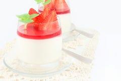 Pudding met aardbeien Stock Foto's