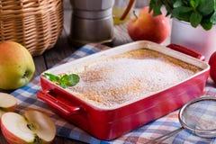 Pudding mit Äpfeln Stockfoto