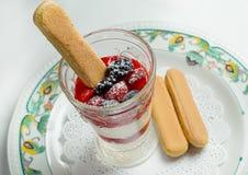 Pudding mit Beeren im Glas und in den Plätzchen Lizenzfreie Stockfotos