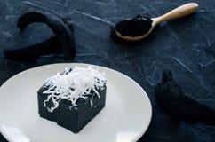Pudding noir de bonbon à noix de coco de charbon de bois Images stock