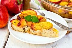 Pudding od chleba i brzoskwini światła deski Zdjęcie Stock