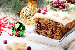 Pudding traditionnel de gâteau de fruit de Noël avec le massepain et la canneberge images libres de droits
