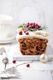 Pudding traditionnel de gâteau de fruit de Noël avec le massepain et la canneberge Photo stock
