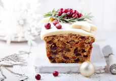 Pudding traditionnel de gâteau de fruit de Noël avec le massepain et la canneberge Photographie stock