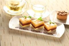 Puddingkaka med mintkaramellsidor på den vita plattan med te royaltyfri foto