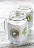 Puddings de graine de Chia avec des tranches de kiwi Photos stock