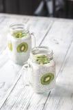 Puddings de graine de Chia avec des tranches de kiwi Photo libre de droits