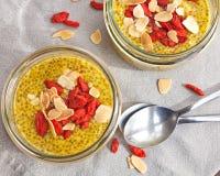 Puddings de graine de Chia avec le safran Images stock