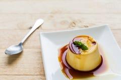 Puddingu karmelu Custard w bielu talerzu Zdjęcia Royalty Free