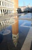 Puddle с отражением di St Mark колокольни в Венеции Стоковая Фотография