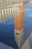 Puddle с отражением di St Mark колокольни в Венеции Ita Стоковое Фото