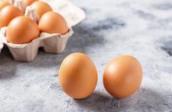 pudełko łamający kurczaka jajka wśrodku yolk Pożytecznie produkt - mnóstwo proteina i wapnie obraz stock