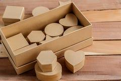 Pudełka karton różni rozmiary i kształty na naturalnym drewnianym tle zdjęcie stock