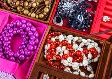 Pudełka różni kolory z biżuterią Obraz Royalty Free