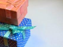 Pudełka w górę prezenta grżą fotografia royalty free