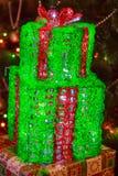 Pudełka z Bożenarodzeniowymi prezentami dekorowali z świecącymi girlandami Fotografia Stock