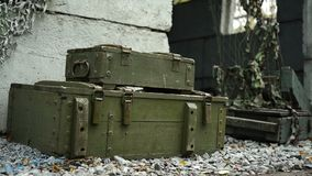 Pudełka z broniami i amunicjami są blisko wojskowego schronienia zdjęcie wideo