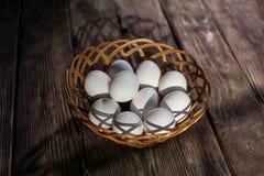 pudełko łamający kurczaka jajka wśrodku yolk Zdjęcie Royalty Free