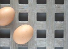 pudełko łamający kurczaka jajka wśrodku yolk Obrazy Royalty Free