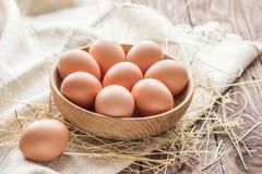 pudełko łamający kurczaka jajka wśrodku yolk Fotografia Royalty Free