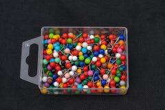 Pudełko barwione szpilki fotografia royalty free