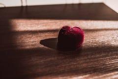 Pudełko dla obrączek ślubnych na drewnianym stole obraz stock