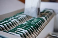 Pudełko herbaciane torby z zieleni etykietkami na wierzchołku Zdjęcia Royalty Free