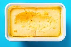 Pudełko mangowy smaku lody z niektóre digged za błękitnym tle na fotografia royalty free