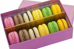 Pudełko multicoloured macaroon ciastka. fotografia stock