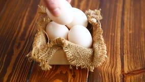 Pudełko pełno burlap z jajkami zbiory