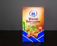 Pudełko trzcina cukieru sześciany - cudzoziemski tekst: trzcina cukieru sześciany unrefined fotografia royalty free