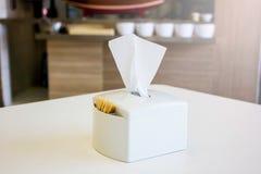 Pudełko wykałaczki na stole Zdjęcie Royalty Free