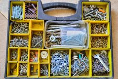 Pudełko z rozmaitością gwoździe, śruby, dokrętki, rygle i płuczki, zdjęcie stock