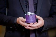 pudełkowaci prezenta ręki mienia mężczyzna s Obrazy Stock